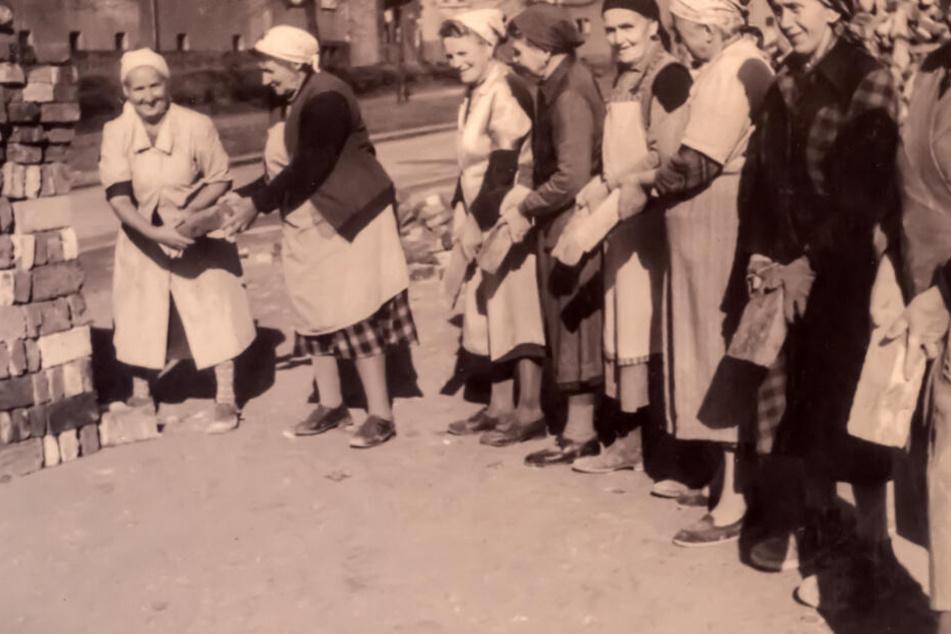 Ein Foto von Trümmerfrauen in Chemnitz bei Aufräumarbeiten nach den verheerenden Bombenangriffen vor 75 Jahren.