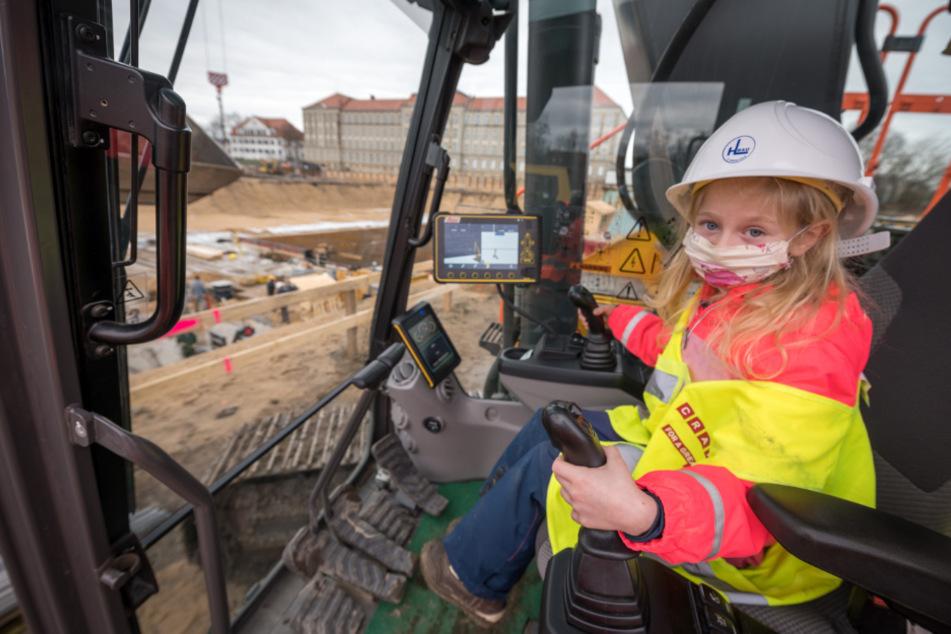 Kindergarten, Schule und irgendwann später Baustelle? Die fünfjährige Sophie saß im Bagger schon mal Probe.