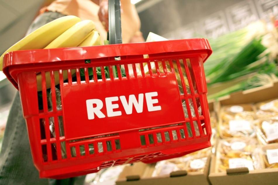 Das Bild zeigt: Bananen und anders Obst passen auch gut ohne Plastiktüte in den Einkaufskorb.