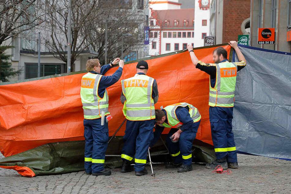 Das THW musste das Unfallopfer mit blickdichten Planen vor Gaffern schützen.