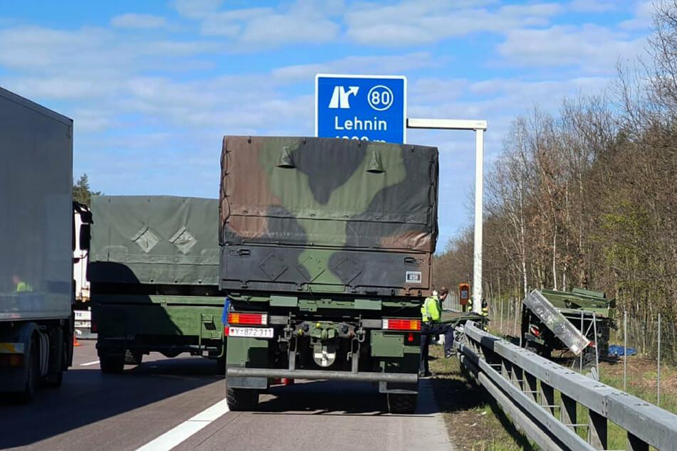 Ein Lastwagen der Bundeswehr steht auf dem Standstreifen der A2, während rechts neben der Fahrbahn ein beschädigtes Fahrzeug liegt.