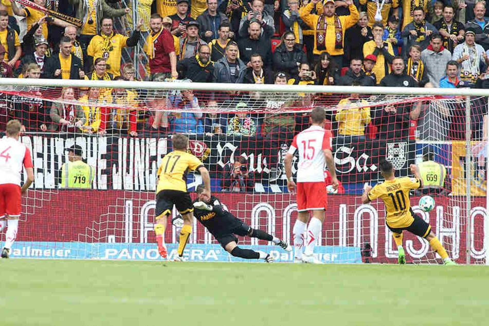 Szene vom 2:0-Hinspielsieg der Dynamos in Regensburg: Aias Aosman (r.) schickt Jahn-Keeper Philipp Pentke beim Elfmeter in die falsche Ecke.