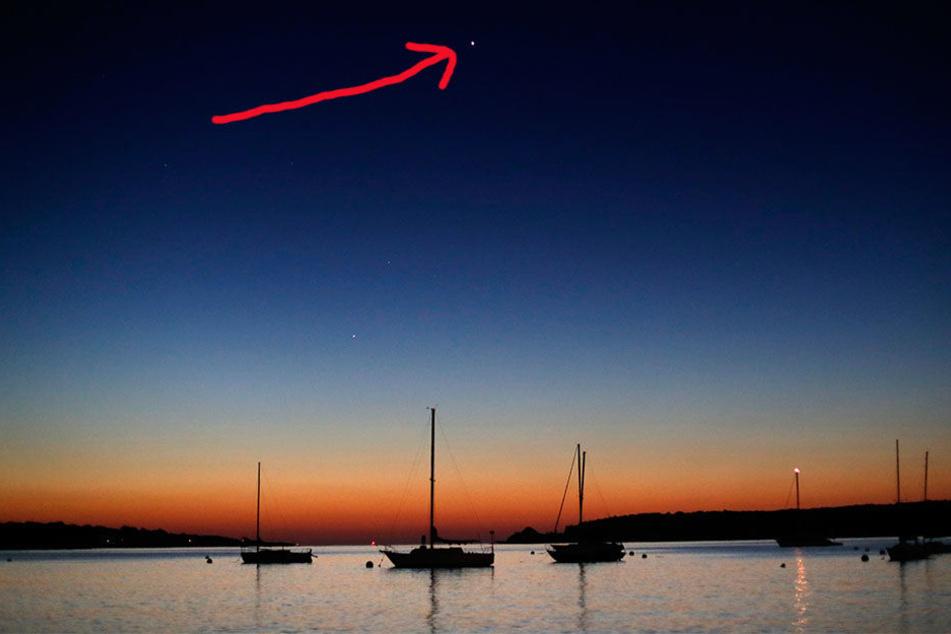 Der Planet Venus ist am 13.09.2017 in South Portland (USA) oben in der Mitte des Bildes zu sehen. Der Planet Mars geht links unter Venus auf. Im Hintergrund beginnt der Sonnenaufgang über dem Willard Beach.