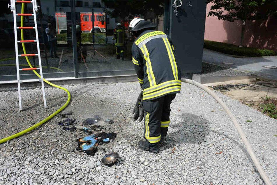 Die betroffenen Geräte wurden draußen von der Feuerwehr gelöscht.