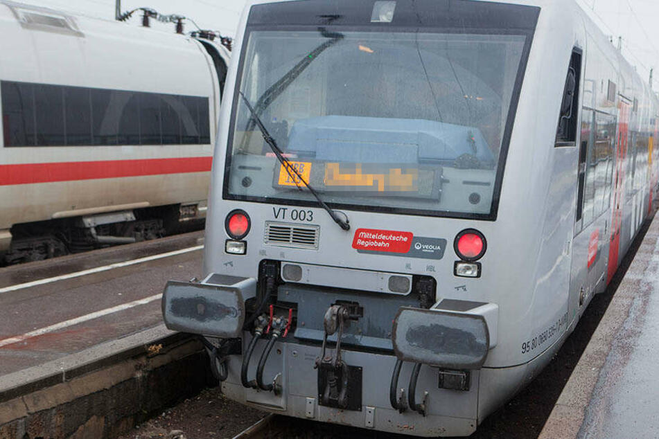 Unbekannter schubst Kontrolleur in die Zugtoilette: Zeugen gesucht
