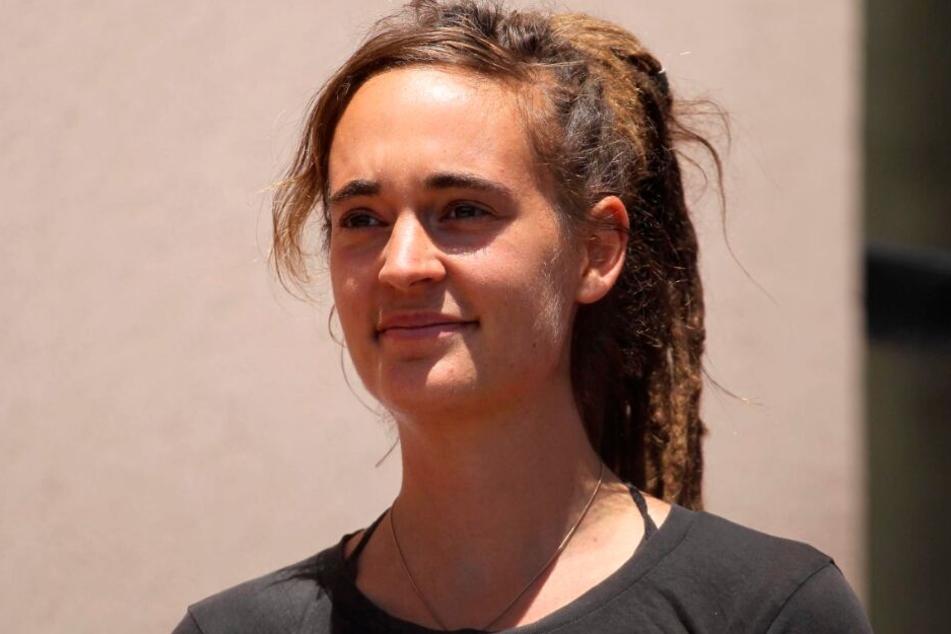 Carola Rackete verlässt nach ihrer Anhörung durch die Staatsanwaltschaft das Gebäude.