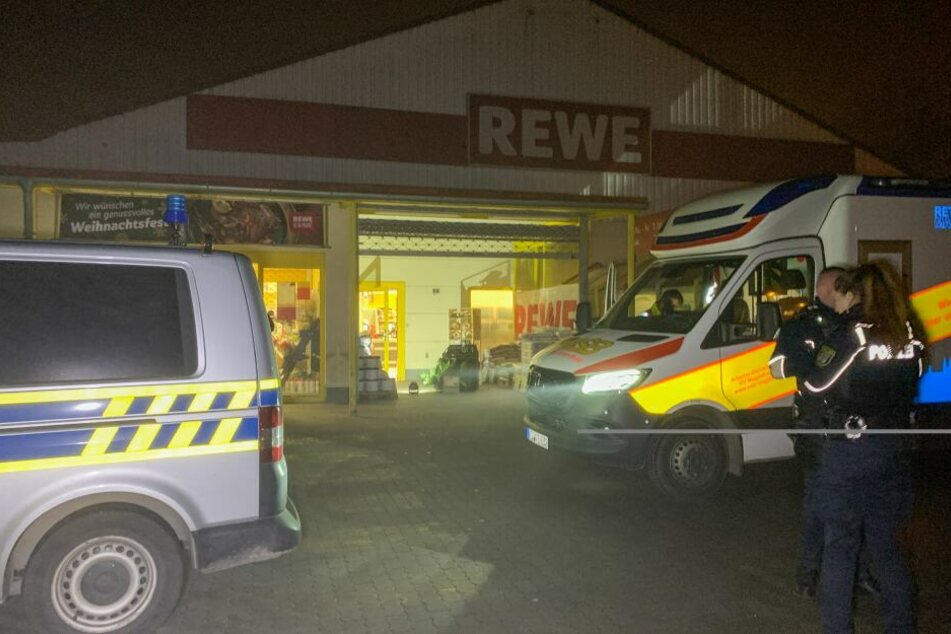 Am Mittwochabend ist dieser REWE-Markt in Magdeburg überfallen worden.