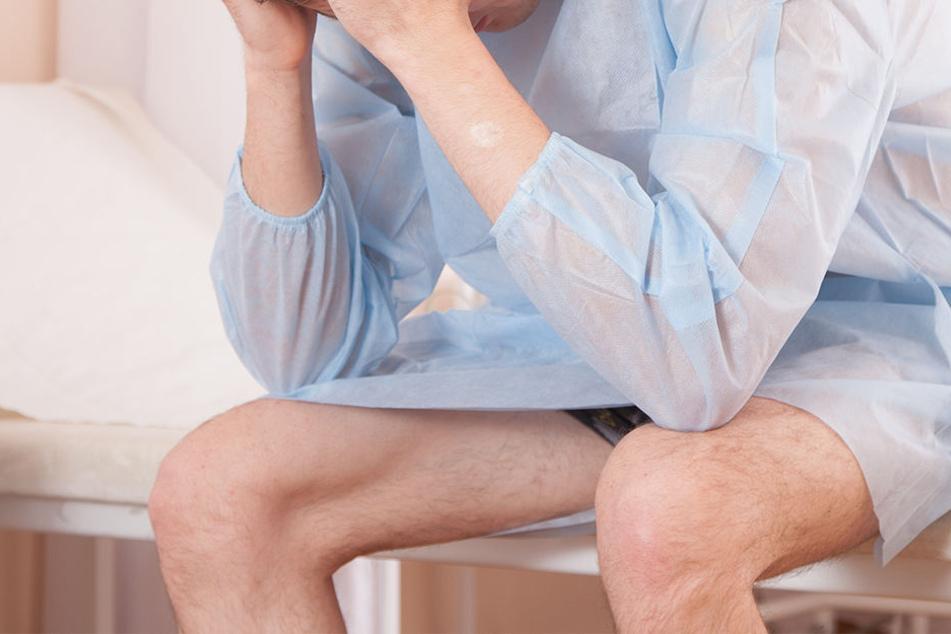 Der Mann musste mehrere Tage auf seine Kleidung verzichten, trug nur ein offenes Klinik-Nachthemd. (Symbolbild)