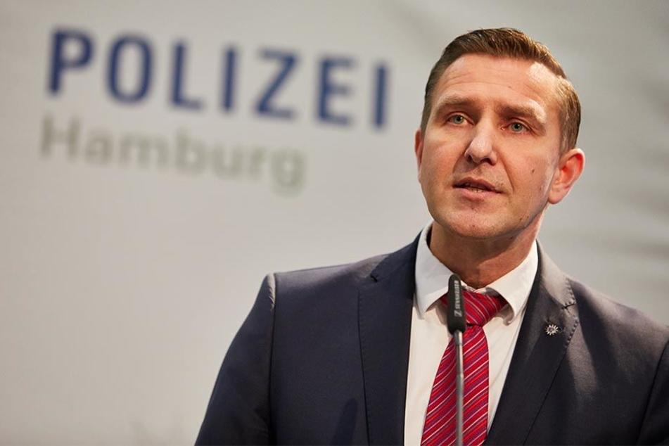 """Polizeipressesprecher Timo Zill äußerte sich in Hamburg bei der Pressekonferenz Soko """"Schwarzer Block"""" zur Fahndung nach mutmaßlichen G20-Gewalttätern."""