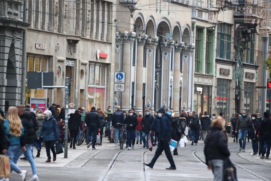 Zahlreiche Menschen sind in der Fußgängerzone Anger in der Innenstadt unterwegs. Solche Bilder könnten in näherer Zukunft wieder Realität werden. (Archivbild)