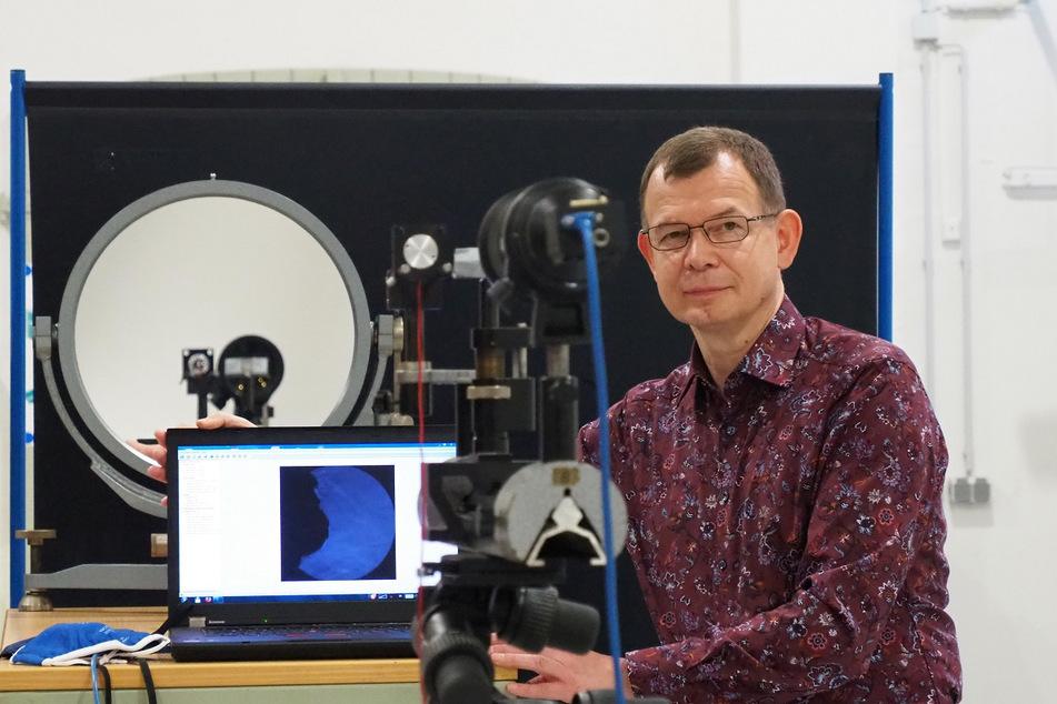 Professor Rüdiger Schwarze (54) steht an der Versuchsapparatur für den Maskentest.