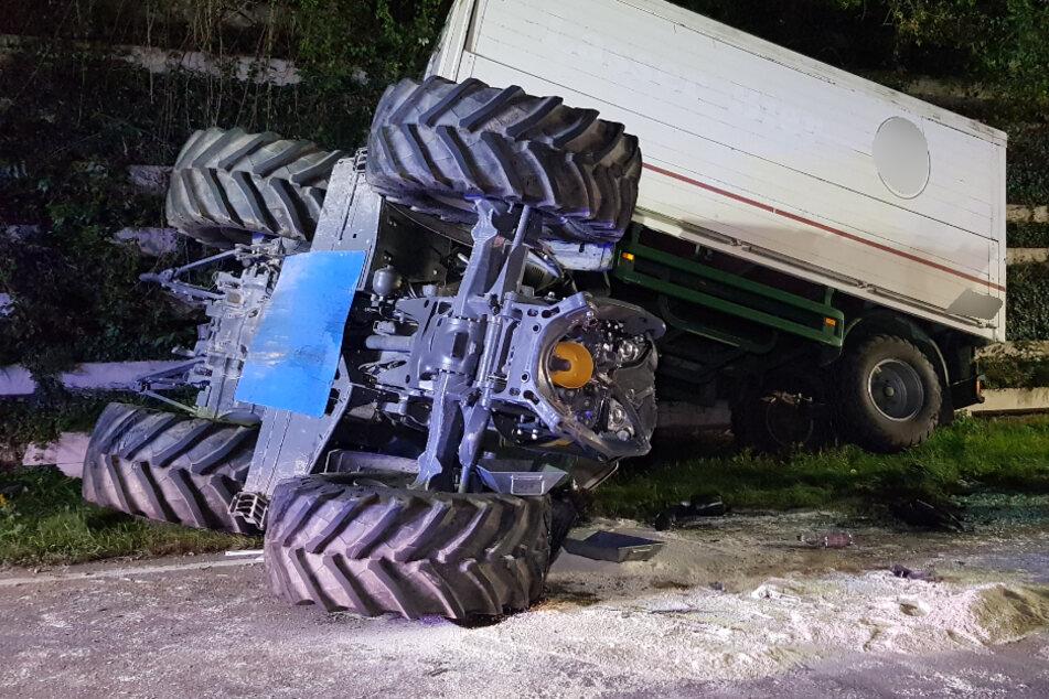 Heftig: Audi-Fahrer kracht in Traktor! Zwei Schwerverletzte
