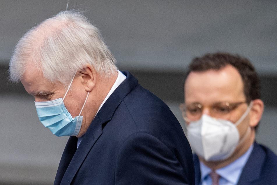 Horst Seehofer (71, CSU), Innenminister, setzt sich in der Plenarsitzung des Deutschen Bundestages hin. Im Hintergrund sitzt Gesundheitsminister Jens Spahn (40, CDU).