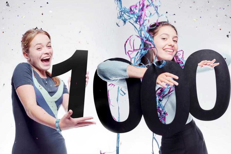 """Die 1000 werden bald voll gemacht: Carlotta Weide (l.) spielt Cacilia Amelie von Toll und Linda Schablowski (r.) spielt Leni Freytag in der Serie """"Schloss Einstein""""."""