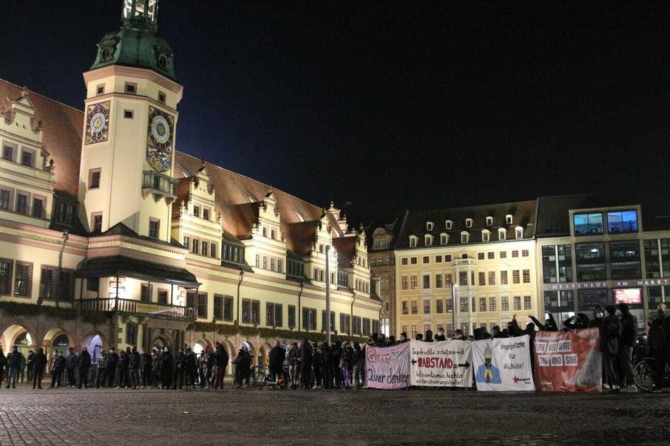 """Den rund 200 """"Querdenkern"""" standen am Freitagabend etwa 100 Gegendemonstranten gegenüber."""