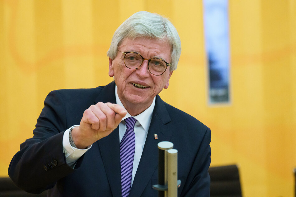 Hessens Ministerpräsident Volker Bouffier (69, CDU) wird die Beschlüsse im Anschluss an die Kabinettssitzung vorstellen.