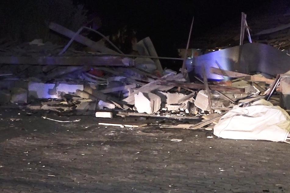 Eine Garage in Zwingenberg wurde durch eine heftige Explosion komplett zerstört.