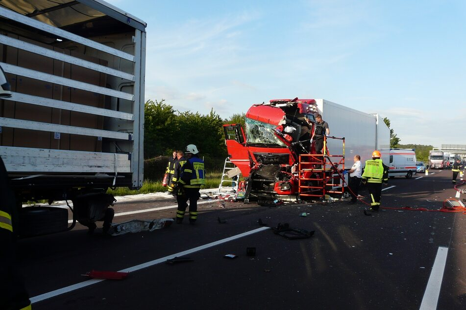 Heftiger Lastwagen-Crash auf A2: 36-Jähriger schwer verletzt