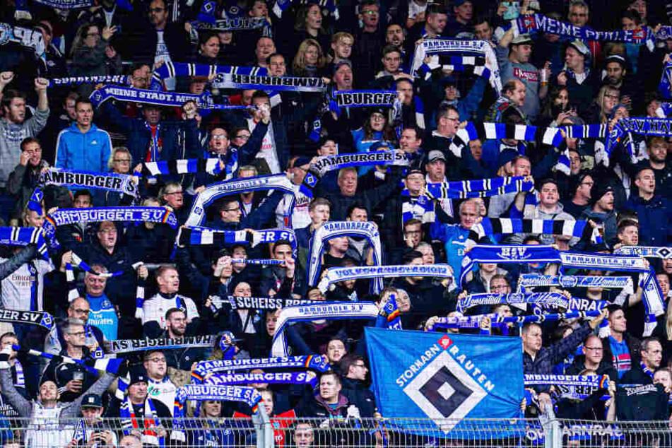 HSV-Fans fiebern beim Spiel ihrer Mannschaft mit. (Archivbild)
