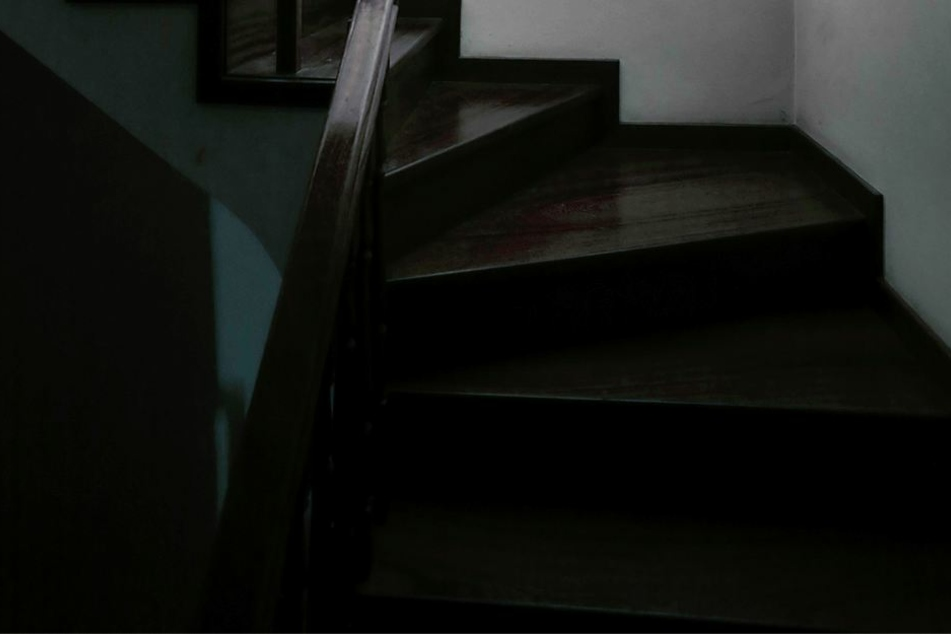 In einem Schrank unter der Treppe war die Leiche versteckt.