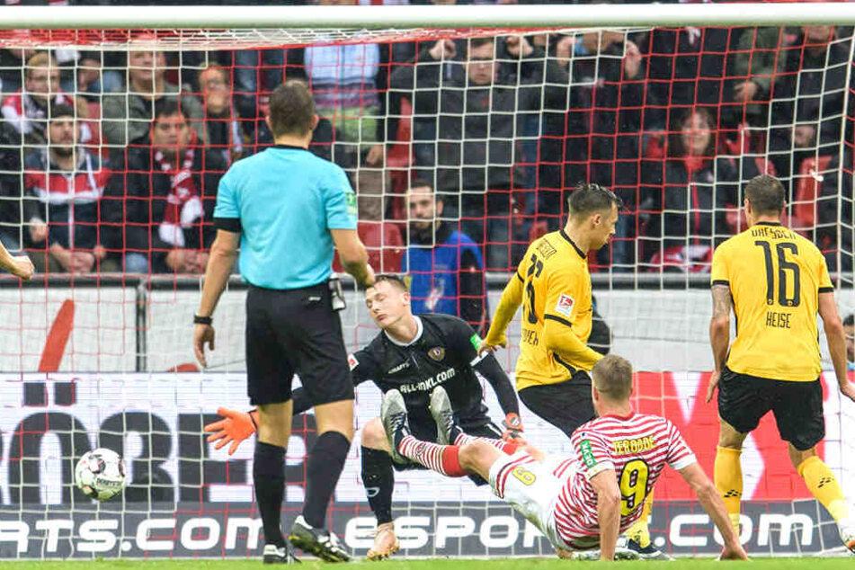 Mittendrin im Abwehrchaos: Sören Gonther (3.vl.) und Philip Heise können das 2:0 für Köln durch Simon Terodde nicht verhindern.