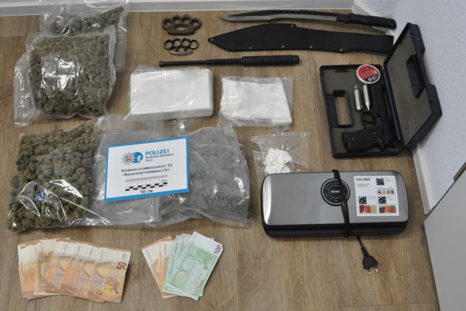 In der Wohnung eines 32-Jährigen Bonners fand die Polizei Drogen, Bargeld und Waffen.