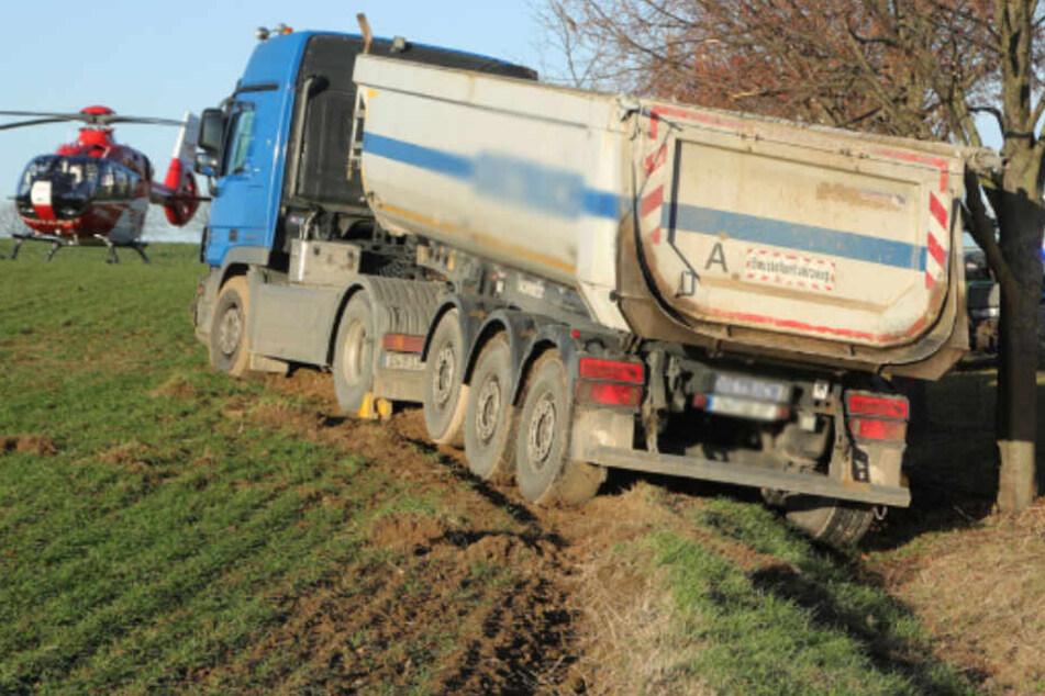 LKW kommt von Straße ab und fährt auf Feld: Fahrer stirbt noch am Unfallort