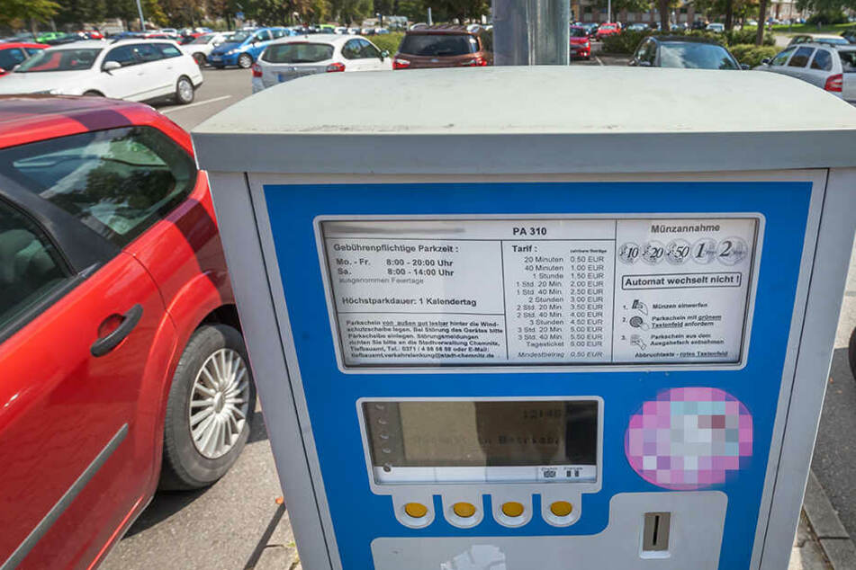 Aus dem Fundament gerissen: Täter klauen ganzen Parkscheinautomat!