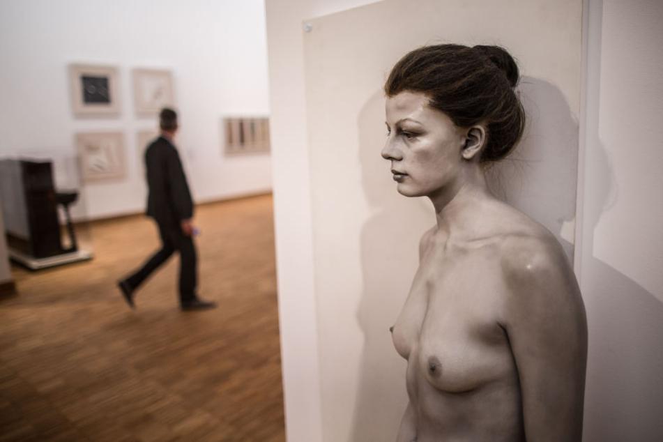 Die Figuren des Künstlers John De Andrea sehen täuschend echt aus: Von Kopf bis Fuß.