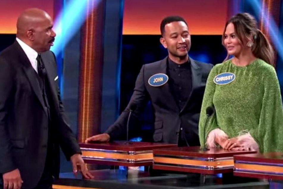 Chrissy Teigen war in einer US-Familienshow in Plauderlaune über ihr intimes Kennenlernen mit Mann John Legend.