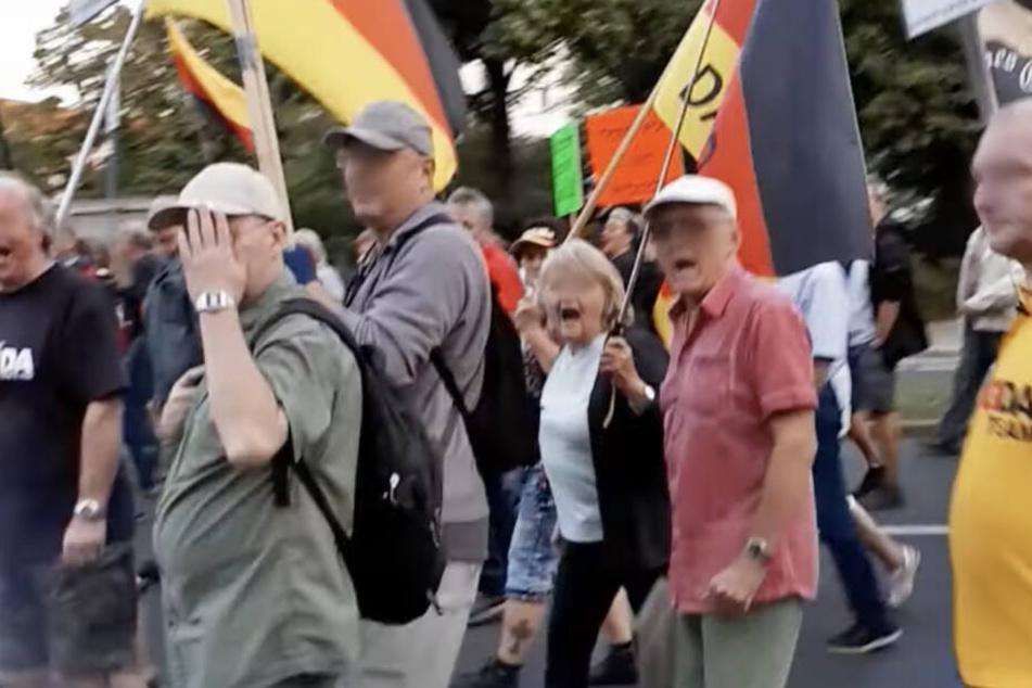 Viele Demonstranten winken ab oder zeigen den Vogel