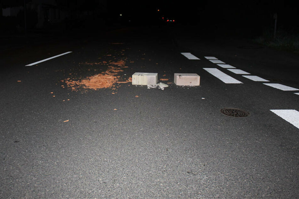 Wieder lebensgefährliche Straßensperre: Zwei Autos schwer beschädigt