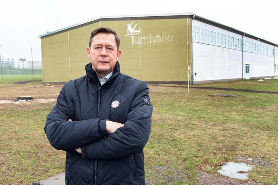 Hier muss saniert werden: Stadtrat Andreas Schmalfuß vor der großen Kunstturnhalle im Sportforum.