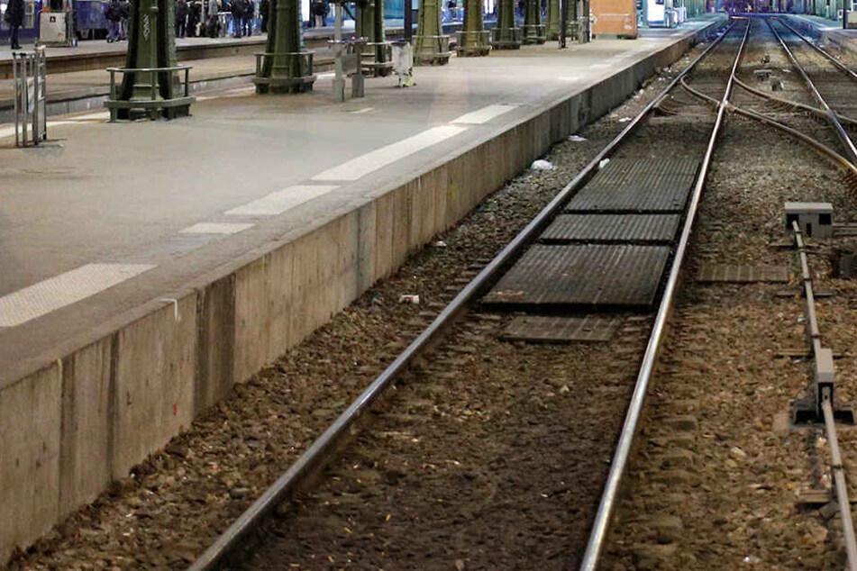 Fremder Mann entreißt Eltern Kind und springt vor Zug
