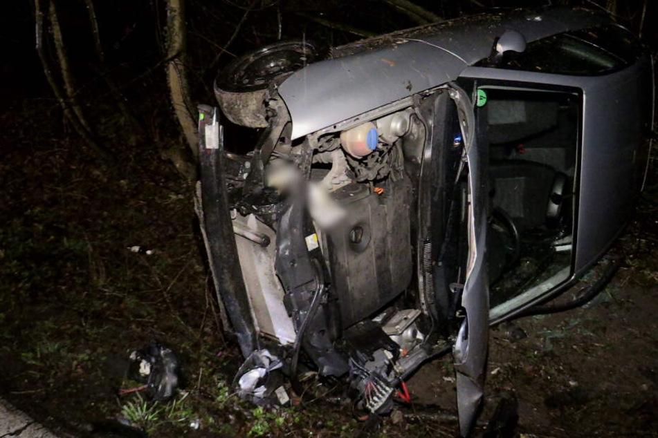 Der Fahrer hatte offenbar die Kotrolle über das Auto verloren und war in die Böschung gekracht.