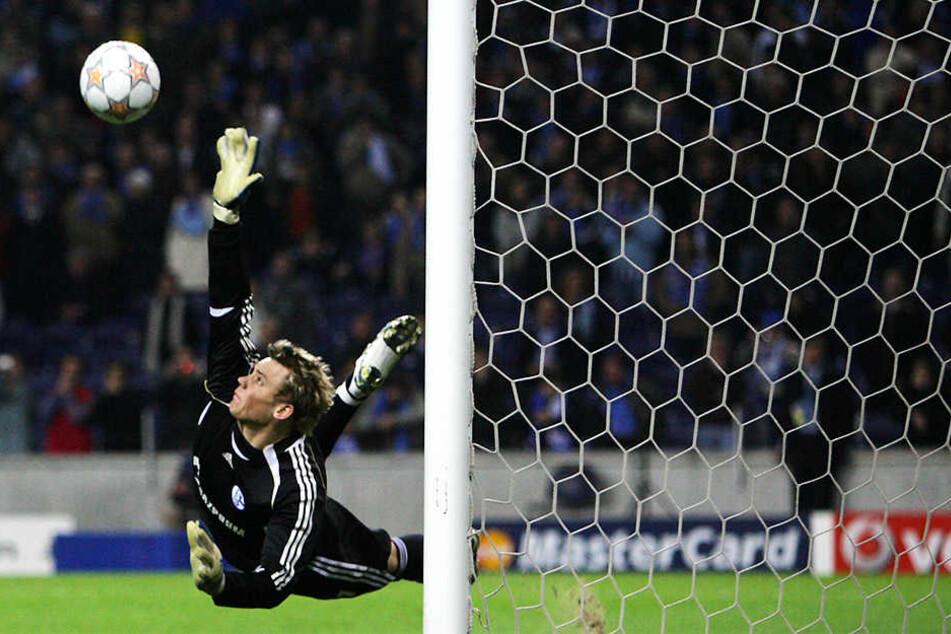 Ein Spiel, das Manuel Neuer in die Weltspitze aufsteigen ließ: Im Champions-League-Achtelfinal-Rückspiel beim FC Porto hielt der damals 21-Jährige unter anderem zwei Elfmeter.