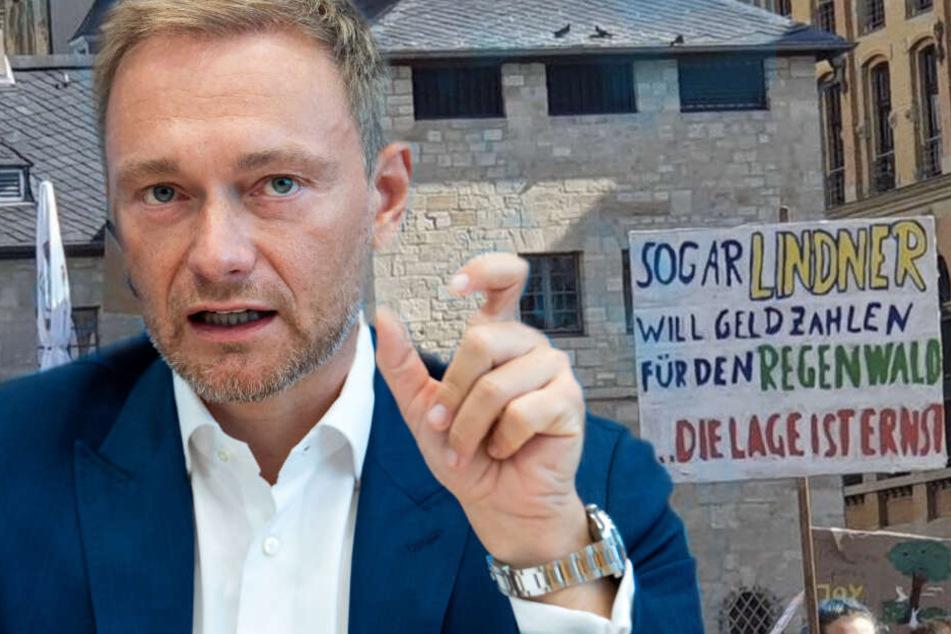Leipzig: Christian Lindner klaut Demo-Schild aus Halle