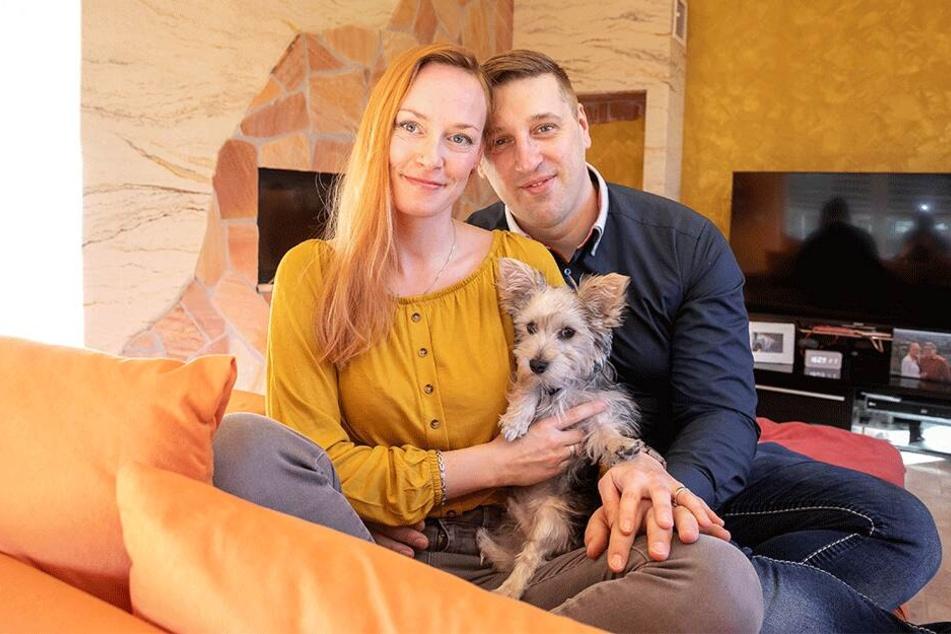 Rico Rudolph (38), seine Frau Daniela (36) und Familienhund Rudi genießen ihr gemeinsames Familienglück.