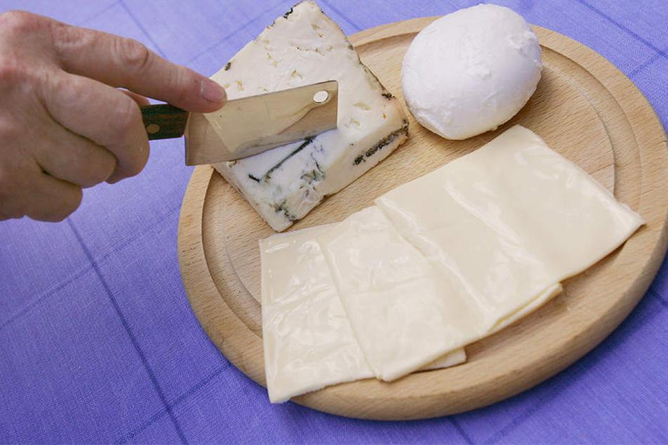Ein Stück Gorgonzola, ein Bällchen Mozzarella und drei Scheibletten: