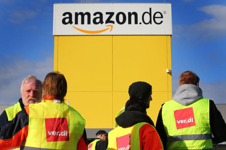 Streikende Amazon-Beschäftigte stehen vor dem Amazon-Standort in Graben bei Augsburg.