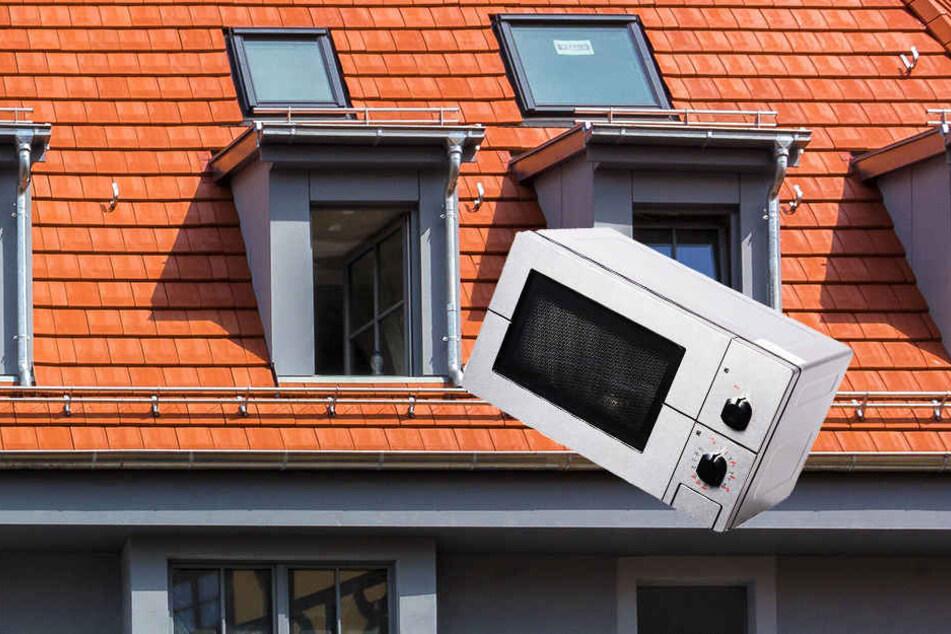 In Paderborn warf ein Betrunkener einen Mikrowellenofen aus dem Fenster. Ein getroffener Autofahrer kam mit dem Schrecken davon.