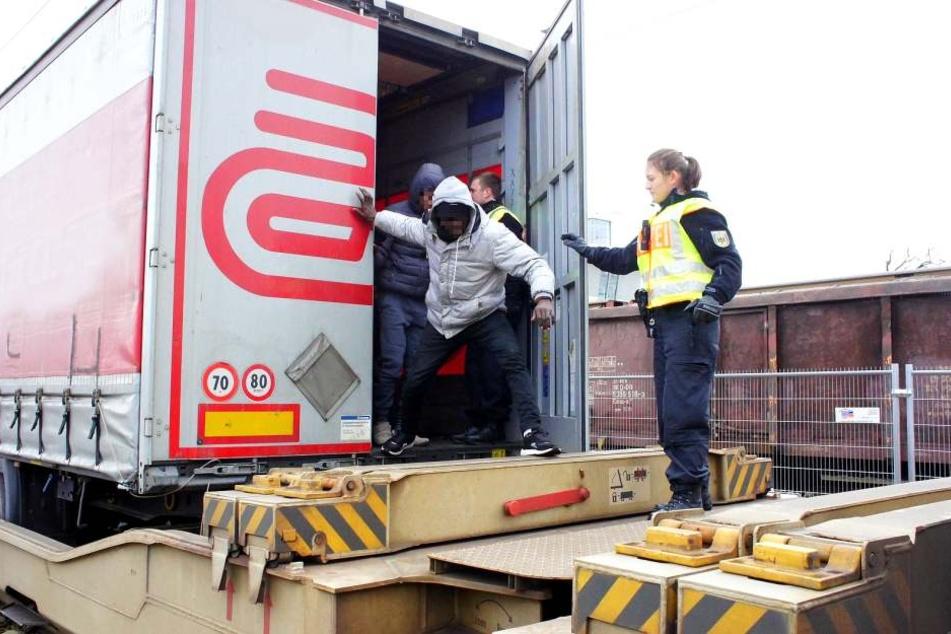 Die Bundespolizei holte die teilweise unterkühlten Migranten aus dem Auflieger.