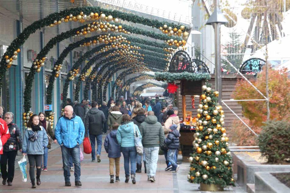 """Weihnachtsstimmung: Das """"Chemnitz Center"""" ist geschmückt und hat 40 Weihnachtshütten, auch kostenloses Knüppelbrot gibt es."""