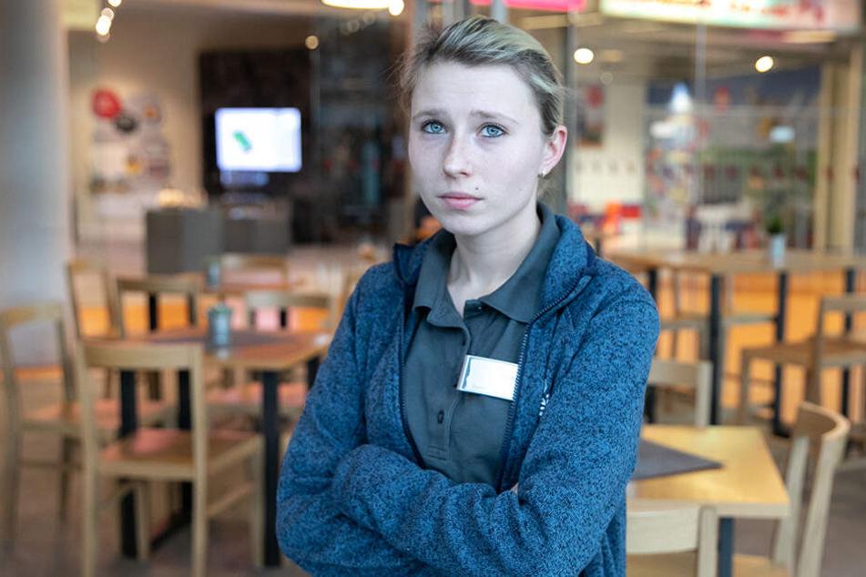 ElbeZeit-Café-Mitarbeiterin Cindy Domin (25) sieht schwere Zeiten auf den Flughafen und die Airport-Geschäfte zukommen.