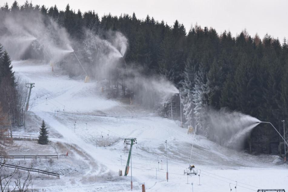 """Erster Kunstschnee in Altenberg: Ob die weiße Pracht schon hält? Dafür wird's wohl in den kommenden Tagen ein bisschen zu """"warm""""."""