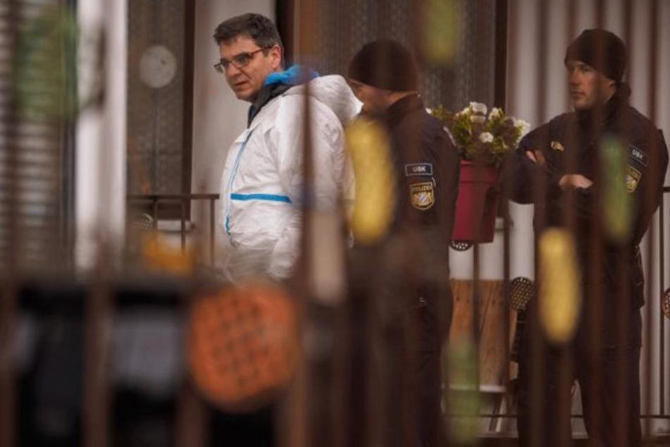 Polizisten der Spurensicherung und des Unterstützungskommandos (USK) bei der Durchsuchung des Grundstücks in Bayern.