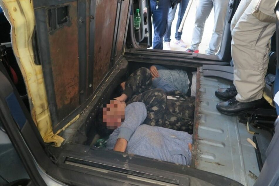 Menschen wie Tiere unter der Ladefläche eingepfercht: Polizei nimmt Schleuser fest!