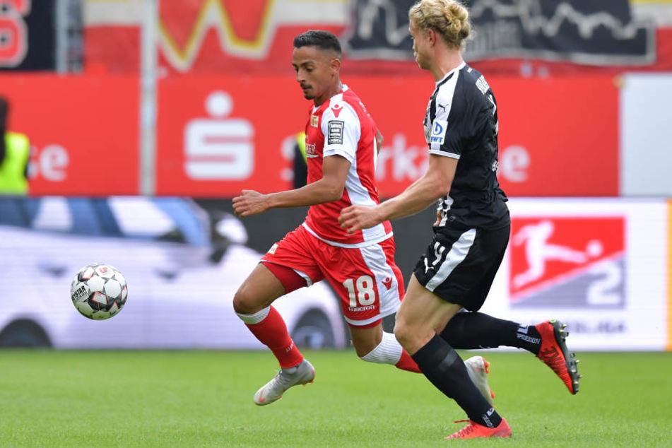 Berlins Kenny Prince Redondo (l.) und Sandhausens Jesper Verlaat kämpfen um den Ball.