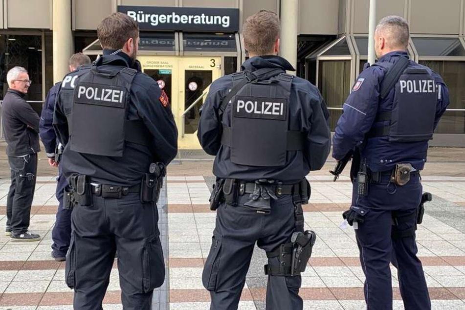 Aus das Neue Rathaus ist von Polizisten umstellt.