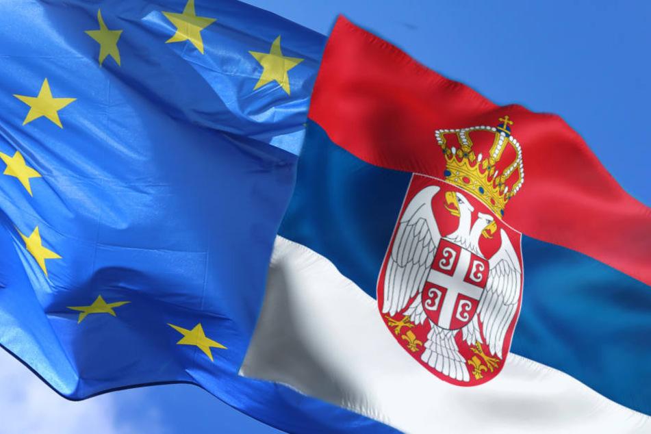 Der NRW-Integrationsminister hält sich zurückhaltend zu Bestrebungen der EU, Serbien bis 2025 in die Gemeinschaft aufzunehmen.